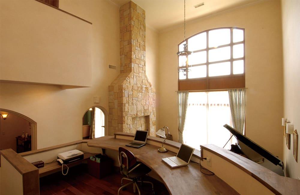繋がりと区切りを両立させたスキップフロアの書斎1